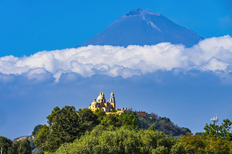Con una impresionante vista del Popocatépetl, el Santuario de la Virgen de los Remedios en Cholula descansa encima de una antigua pirámide.